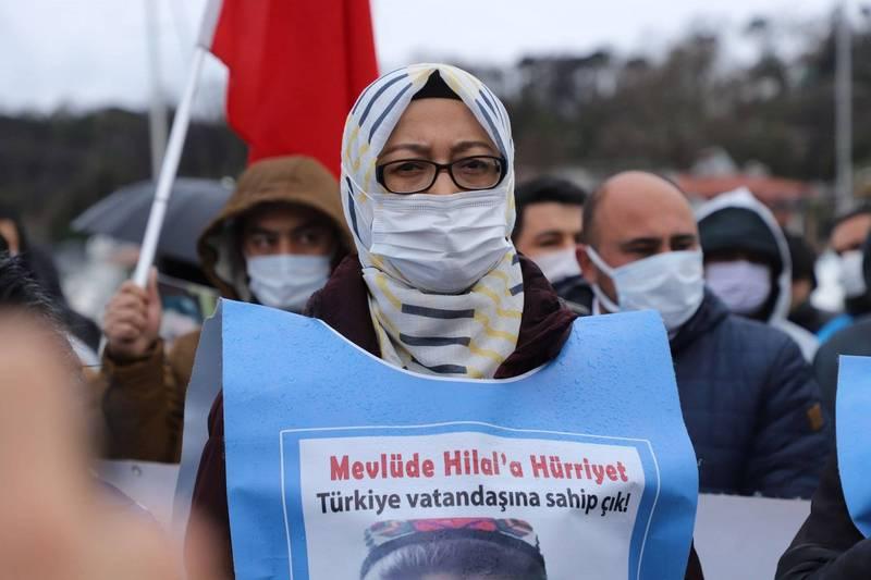 來自新疆的「集中營受難者家屬平台」發起人之一的美由娜.納孜迷(見圖)5日引領群眾在中國駐伊斯坦堡總領事館外示威,控訴中共無道。(中央社)