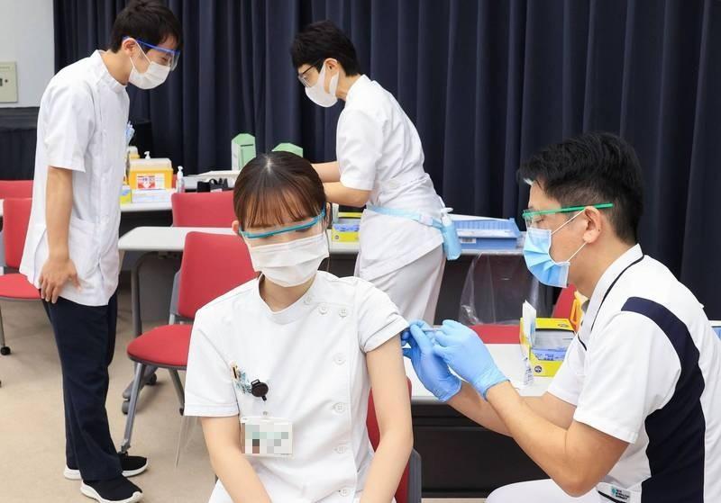 武漢肺炎疫苗問世後,各國紛紛加緊腳步讓國民施打。圖為日本醫護人員施打疫苗,與新聞當事人無關。(路透)