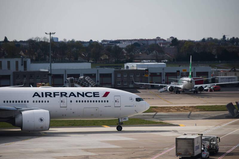 法國政府計畫取消搭乘火車2個半小時內能夠到達的國內短途航線,以減少碳排放。(彭博)