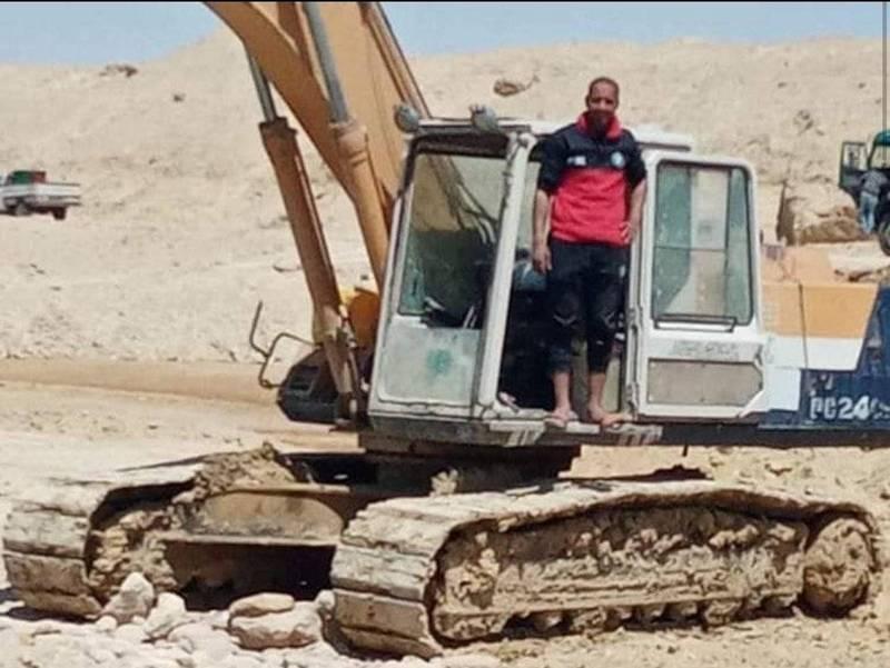 參與長賜號救援的怪手司機加瓦德透露,為了讓貨輪盡早脫困,自己每天只睡3小時,而且也沒領到加班費。(圖翻攝自Abdullah Abdul-Gawad臉書)。