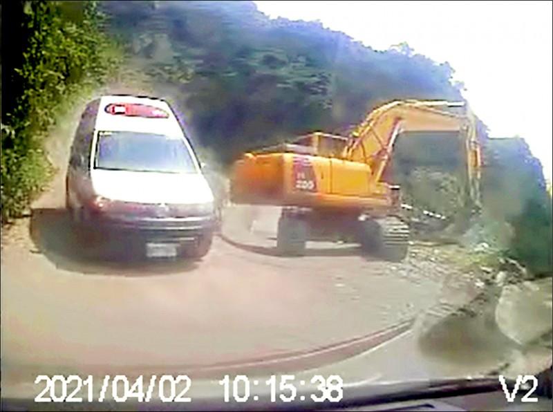 事發當時李義祥所駕的怪手停在轉角處,下方就是工程車的轉彎不慎卡住的水泥道路,救護車陸續抵達。(記者王錦義翻攝)