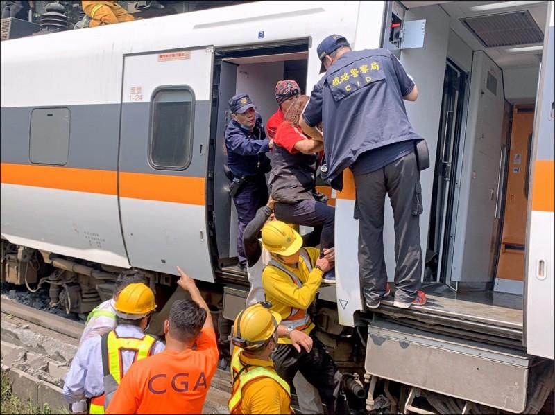 太魯閣號發生撞車出軌重大事故,交通部研議推動台鐵企業公司化提升經 營效率。(記者王錦義翻攝)