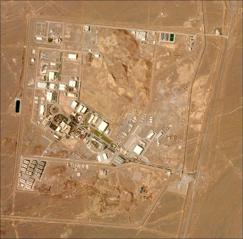 伊朗的納坦茲核設施才剛啟用先進鈾濃縮離心機,隨即疑似遭到網攻導致配電系統故障。圖為納坦茲核設施的衛星空照圖。(美聯社)