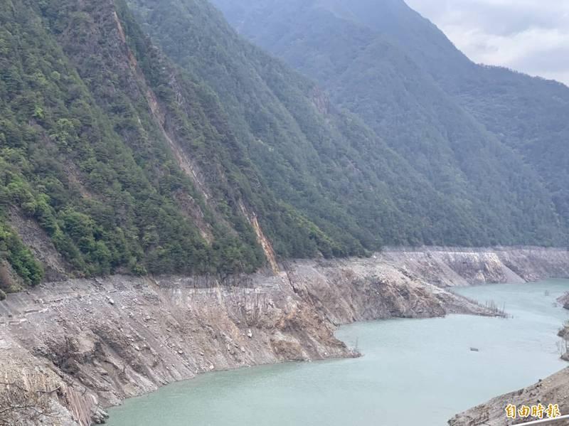 德基水庫水位創新低,民眾期待老天快下雨。(記者唐在馨攝)