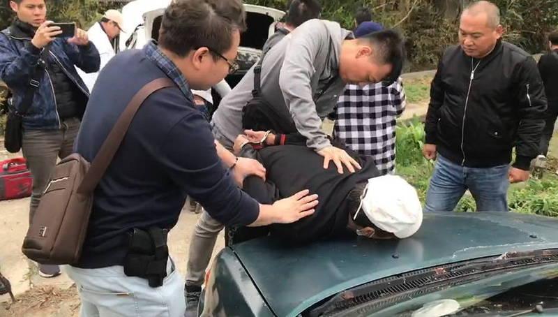 苗栗警方將劉姓竊嫌壓制、逮捕。(記者張勳騰翻攝)