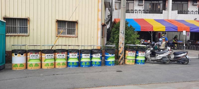 新港鄉重要道路、路口設有資源回收桶跟垃圾桶。(新港鄉公所清潔隊提供)