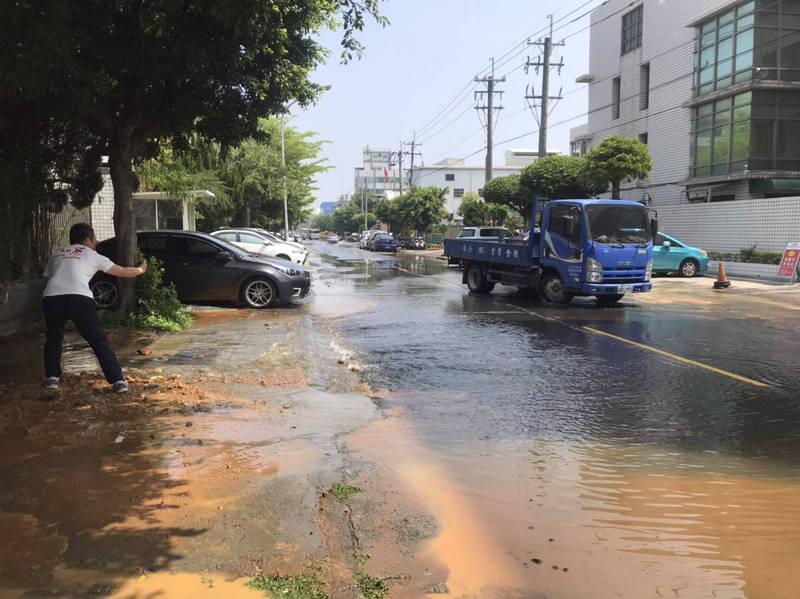 台中工業區35路傳爆管,大量自來水湧出「水流成河」。(民眾提供)