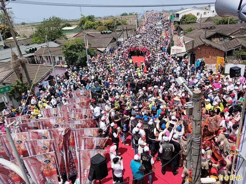大甲媽今中午抵達嘉義縣與雲林縣交界崙仔橋,受大批信眾簇擁迎接。(記者王善嬿攝)