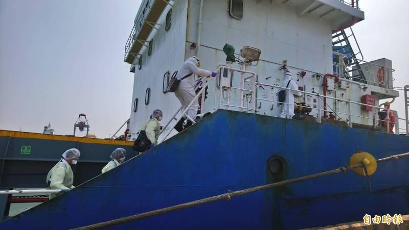 帛琉籍盛世569號貨輪停泊台中港,台中海巡隊及移民署等人員上船檢疫。(記者歐素美攝)