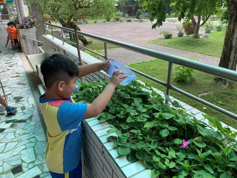 南市部分地區因應鐵道局管線遷移工程,13日起將停水44小時,停水地區內的學校也調節用水及調整營養午餐菜單因應。(台南市教育局提供)
