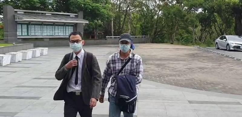 聯合大地監造主任李進福(右一)今天在律師陪同下,再度到花蓮地檢署。(記者王錦義翻攝)