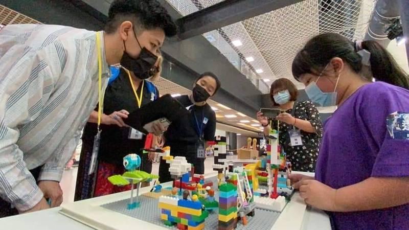 新岑國小隊員為評審講解作品設計想法。(新岑國小提供)