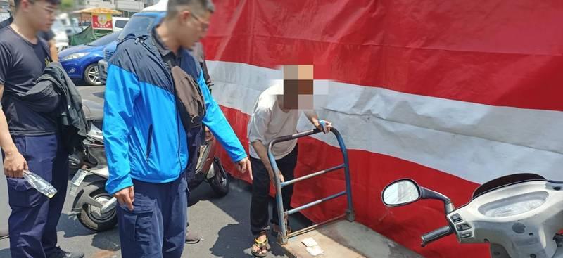 警方查獲涉搶奪9旬老婦財物的鄒姓男子(馬賽克者)。(民眾提供)