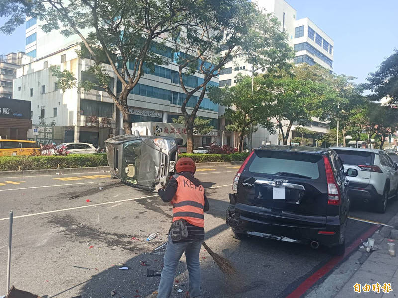 高市鬧區新興區4輛汽車追撞,1輛休旅車翻覆2人受傷肇因待查。(記者黃佳琳攝)