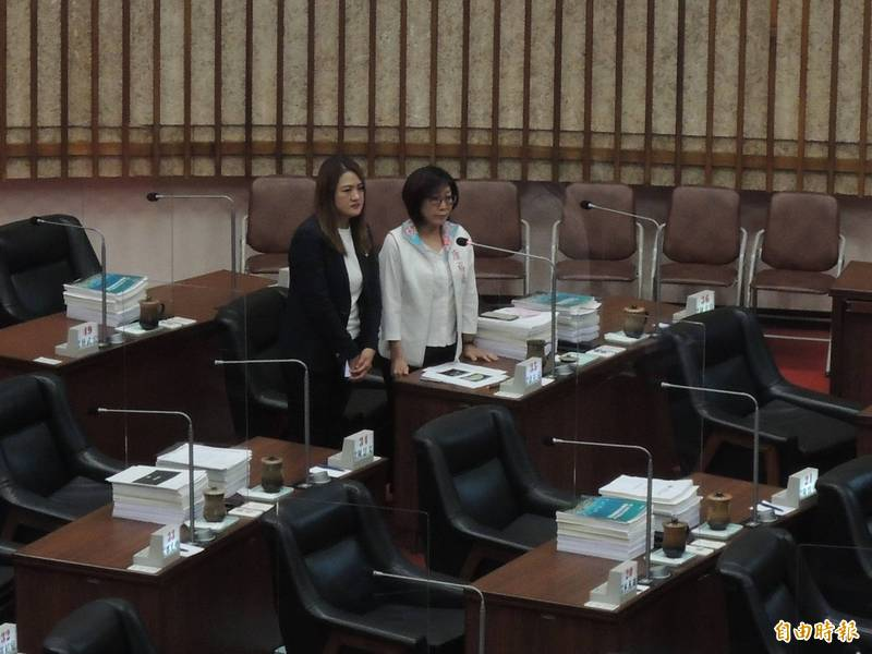 高市議員高閔琳(左)建議岡山青年住宅租金應更加合理。(記者王榮祥攝)