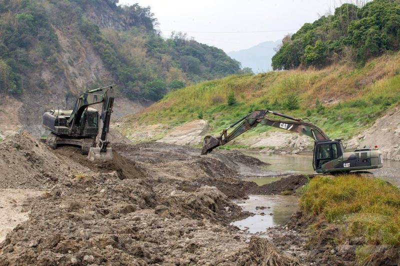 軍方工兵部隊執行全國各水庫清淤任務。(圖由軍聞社提供)
