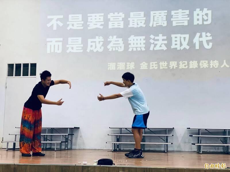楊元慶(左)以「不是要當最厲害的,而是要成為無法取代。」這句話鼓勵學生們努力堅持自己的夢想。(記者蔡文居攝)