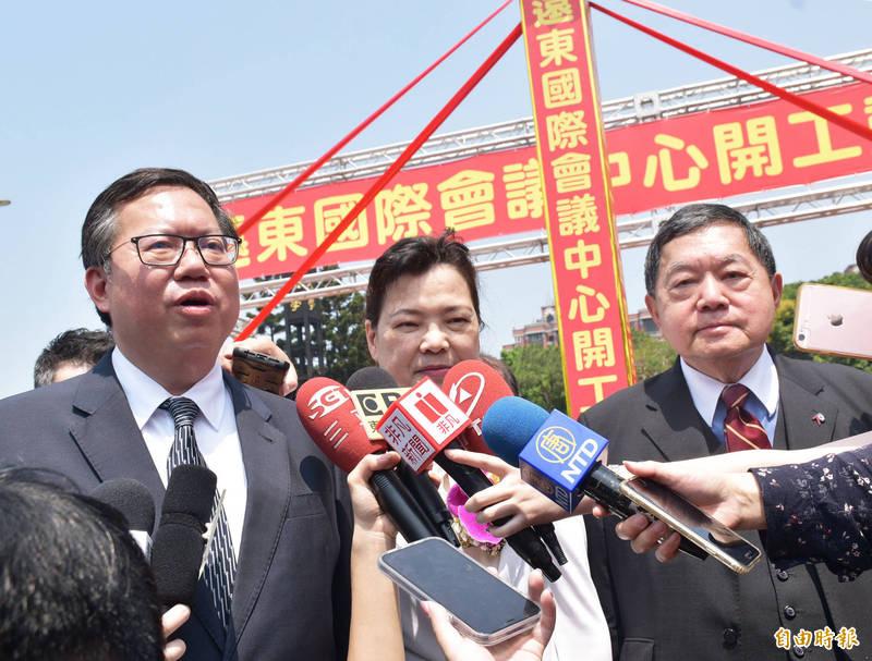 4大公投「不提對案」,鄭文燦(左)受訪認為沒有反宣傳,只有正面對話。(記者李容萍攝)