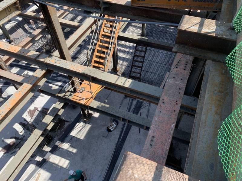正在興建中的台南市體3地下停車場工地,12日下午傳出工人墜落意外後,交通局已勒令全面停工。(台南市消防局提供)