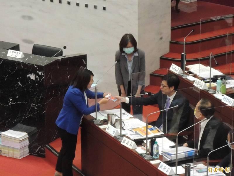 高市議員邱于軒(左)送給高雄市長陳其邁(右二)一件平安符,陳其邁微笑收下。(記者王榮祥攝)