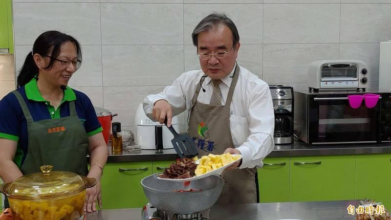 農糧署長胡忠一(右)親自下廚。(記者陳彥廷攝)