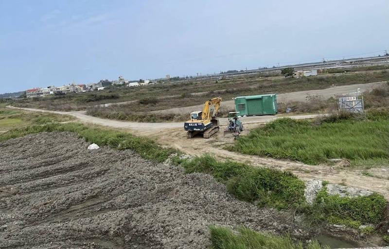 綠能業者在北門蘆竹溝南邊的23筆土地興建光電設施,離聚落、北門潟湖不遠。(記者楊金城翻攝)