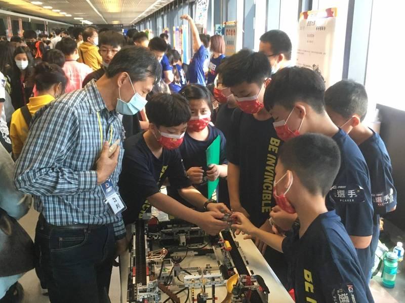 林園國小學生在 2021FLL機器人台灣選拔賽奪下總冠軍。(圖:吳雅茹提供)