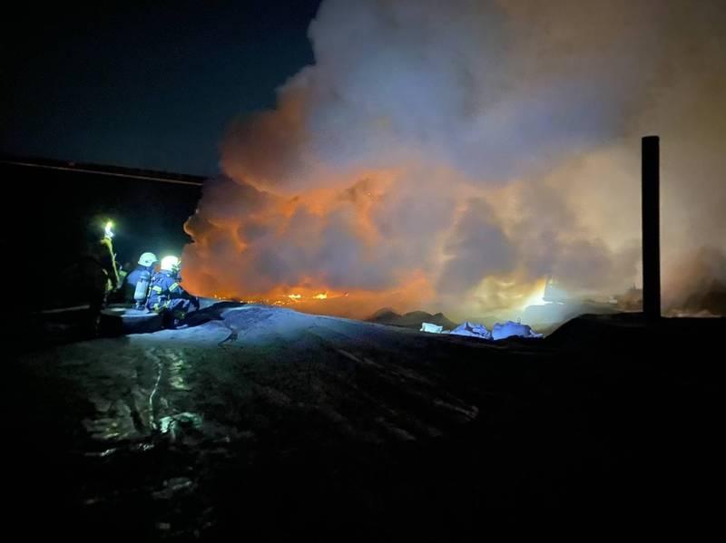 廢棄物掩埋場火警燃燒異味沿下風處影響仁武、鳳山區等多處地區,空氣中瀰漫一股塑膠味。(民眾提供)