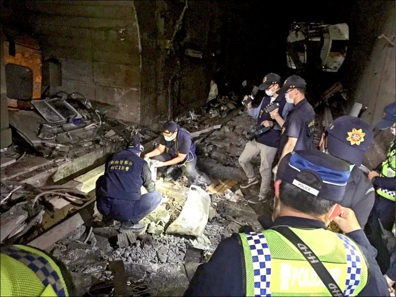 花蓮縣警局鑑識人員在太魯閣號事故現場進行蒐證,對於陸續發現的殘缺屍塊,一一收集送驗並拍照存檔。(圖:花蓮縣警察局提供)
