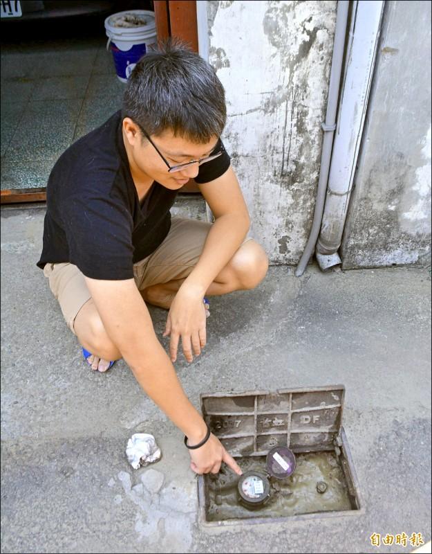 台中太平程姓男子家中3年前裝自來水,近日停水才發現水公司搞烏龍誤接地下水。(記者陳建志攝)
