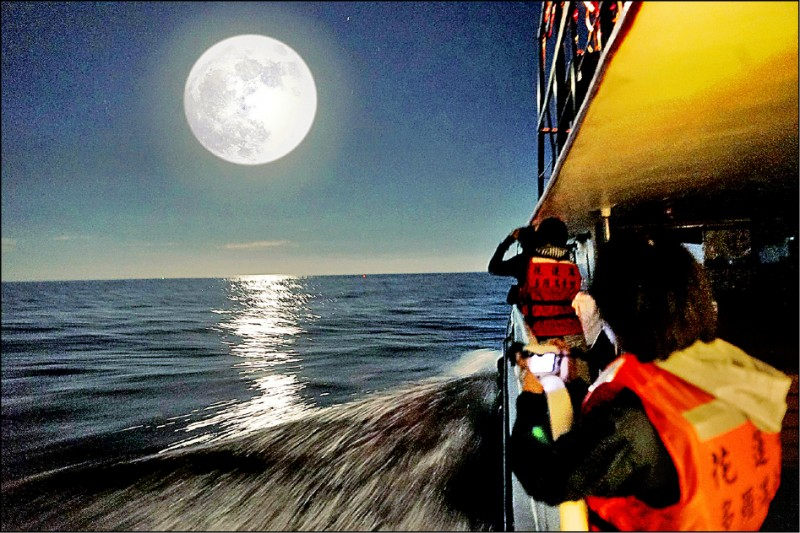 花蓮縣政府與賞鯨業者合作,推出「月光、星光航班」,月光航班特別選擇滿月出海,讓遊客欣賞東部獨有的「海上生明月」美景。(多羅滿賞鯨提供)