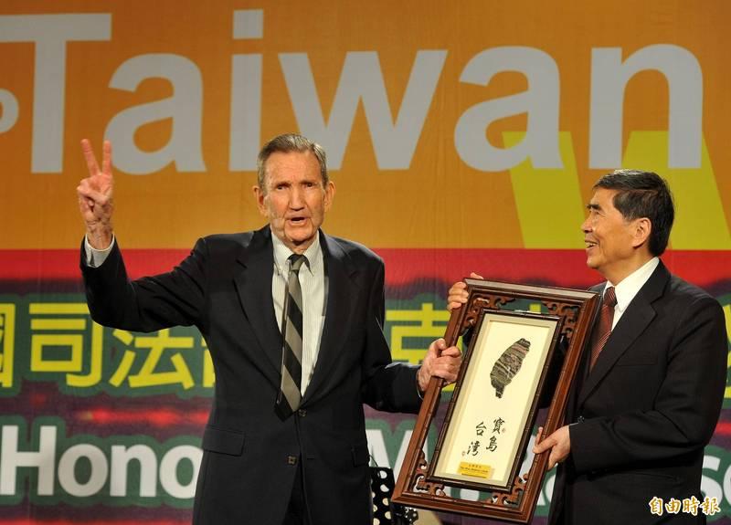 美國前司法部長克拉克(左)曾於2012年時應已故民進黨前立委蔡同榮(右)之邀,親赴台灣探視當時在監獄服刑的陳水扁前總統,聲援其醫療人權。(資料照)