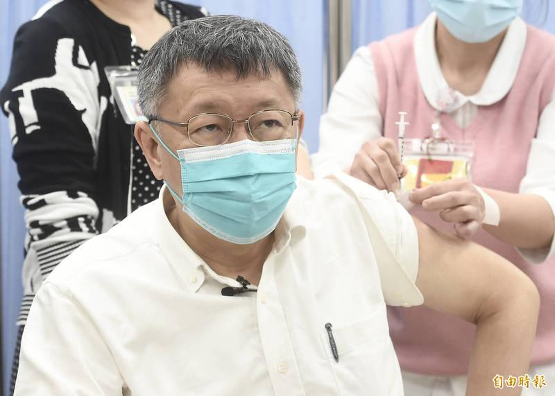台北市長柯文哲12日前往市立聯合醫院和平院區,接種AZ疫苗。(記者簡榮豐攝)