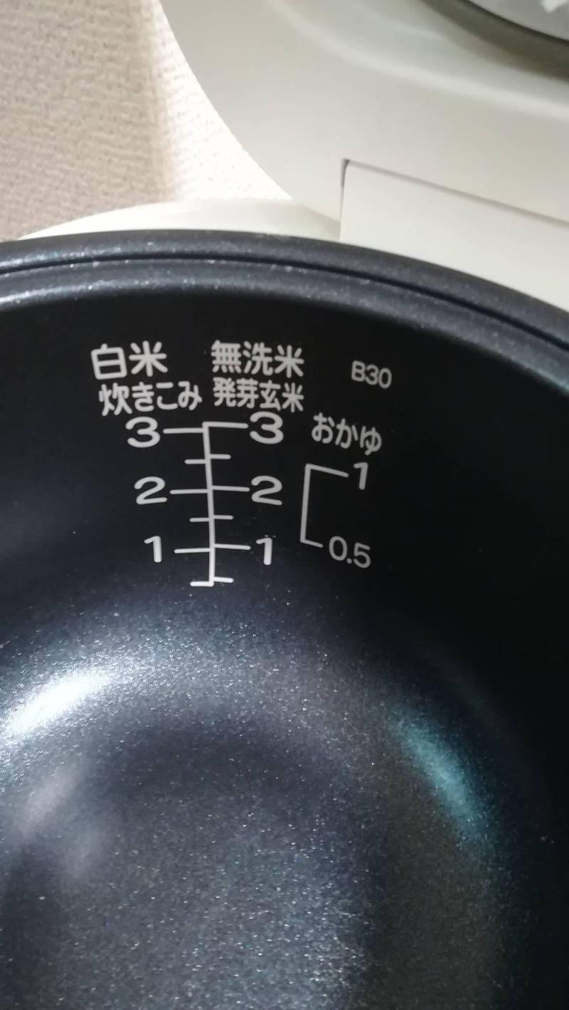 男大生Rokkan誤把電子鍋的水量刻痕當成「量米線」,照著線倒了超多生米進去。(圖翻攝自Rokkanizr推特)