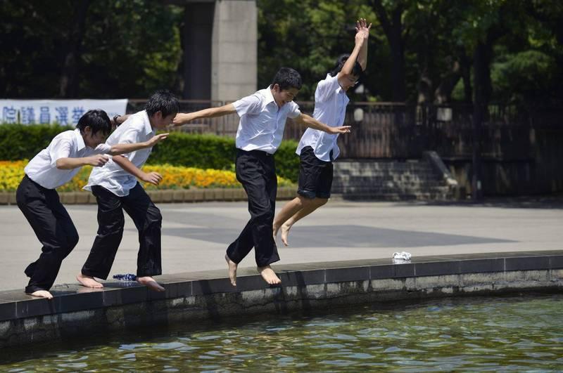 日本有不少應該是無憂無慮的國高中生,被迫一肩扛起家務並照顧弟弟妹妹、阿公阿嬤甚至身體不便的父母,成為了「年輕照護者(young carer)」。日本國中生示意圖。(歐新社)