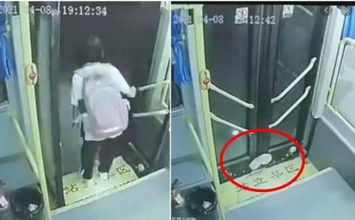 中國廣東一名女學生日前搭公車返家,被車門夾住遭拖行24秒。(圖翻攝自微博)