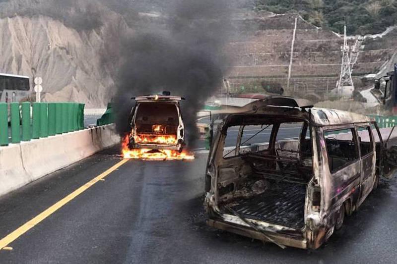 車上連同駕駛5人身上有多處燒燙傷,目前緊急送往義大醫院救治。(本報合成)