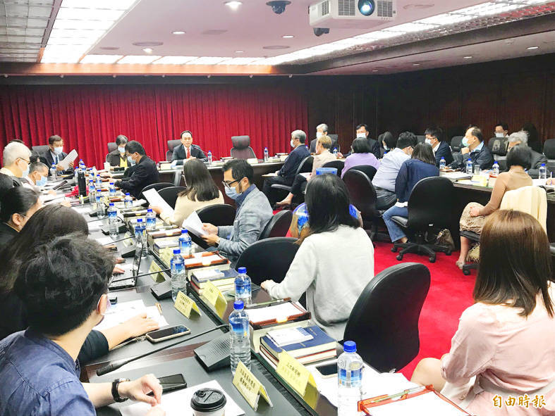 Representatives from Taiwanese media organizations attend a forum on digital platforms and online advertising organized by the Fair Trade Commission in Taipei yesterday. Photo: Lee Ya-wen, Taipei Times