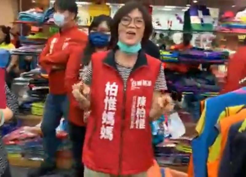 也有不少網友發現,陳柏惟的媽媽也出現在影片中,直呼「第一次看到3Q媽」、「柏惟媽媽好可愛」(圖取自陳柏惟臉書直播)