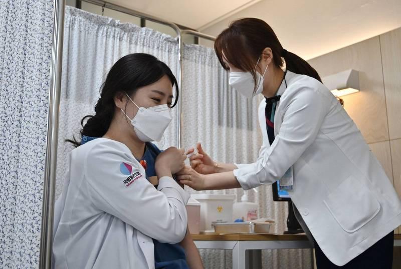 南韓今日重啟AZ疫苗接種作業。(路透)
