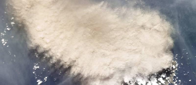 「行星實驗室」的衛星捕捉到蘇弗里耶爾火山爆發,噴出大量火山灰。(美聯社)