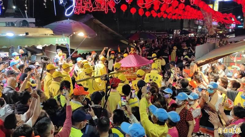 白沙屯拱天宮媽祖於昨(11)日晚間11點45分起駕出發前往北港進香。(記者蔡政岷攝)