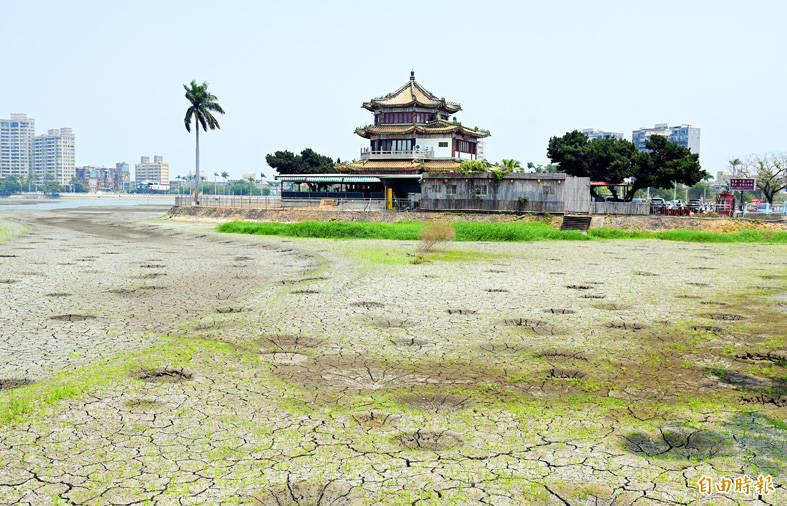 A dried-up Chengcing Lake in Kaohsiung is pictured yesterday as central and southern Taiwan continue to experience severe water shortages. Photo: Chang Chia-yi, Taipei Times