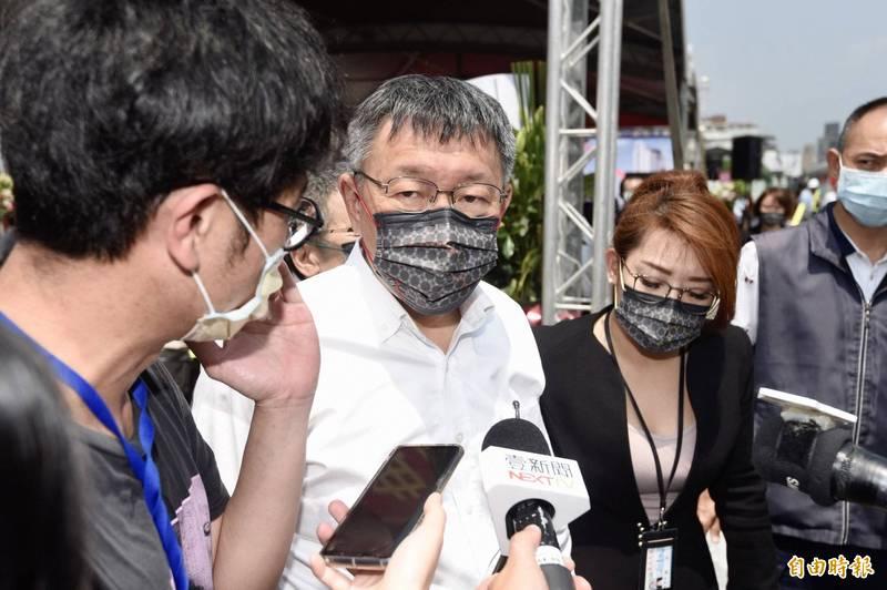 台北市長柯文哲(中)指出,TOD就是在設計時以運輸為導向,把捷運路網當作都市計畫,像日本的聯合開發都是找商場、而不是找住宅,因為人流就代表金流。(記者叢昌瑾攝)