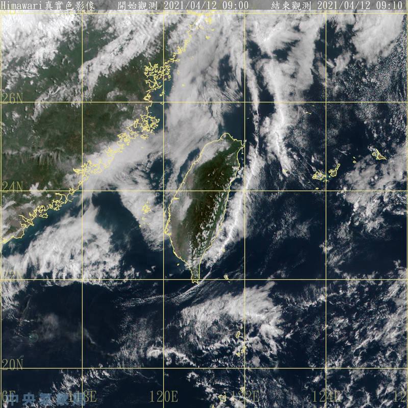 台灣東側延海岸線發展的雲系明顯,這種雲系出現,通常表示大氣穩定,氣象局長鄭明典提醒民眾「今天會熱」。(圖擷自中央氣象局)