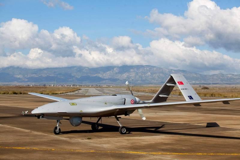 烏克蘭與土耳其在軍事科技方面合作密切,土耳其先前也曾向烏克蘭出售無人機。專家表示,土耳其無人機在先前的納卡衝突中讓亞塞拜然取得優勢,未來也有可能在烏東複製成功經驗。圖為土耳其拜拉克塔無人機。(法新社)