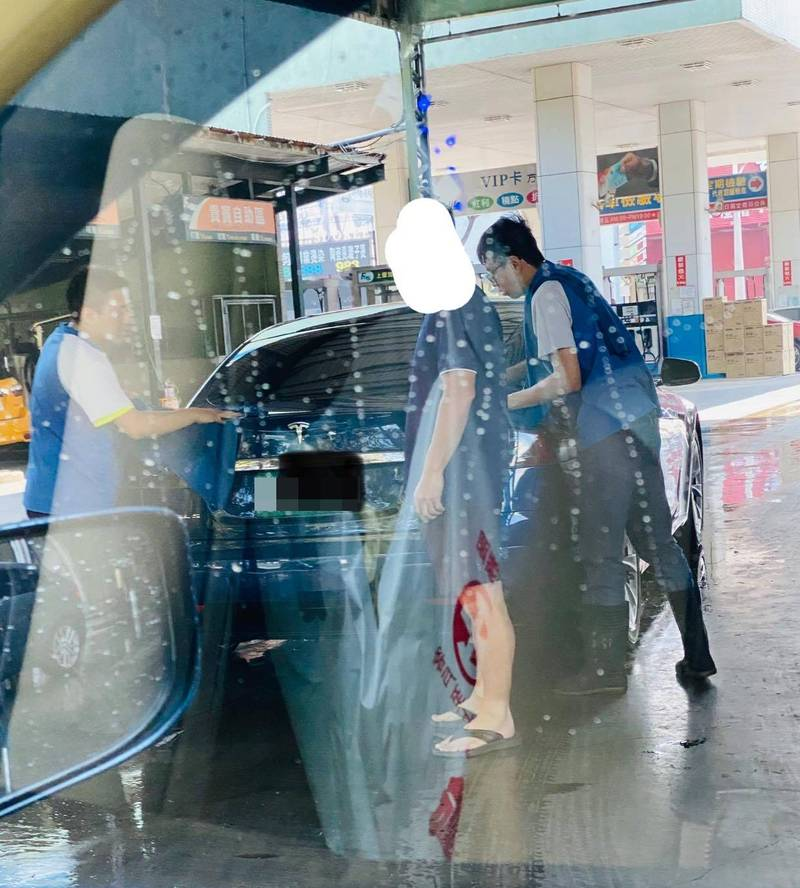 有網友目睹特斯拉車主到加油站花100元洗車,親自下車指揮工讀生工作。(圖擷取自爆怨2公社)