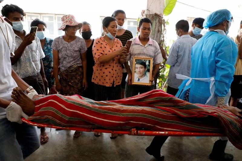緬甸軍方傳出在勃固(Bago)以每個死者12萬緬甸元(約新台幣2426元)的金額向家屬索價,付錢之後才會發還遺體。圖為緬甸示威者家屬送走遺體。(路透)