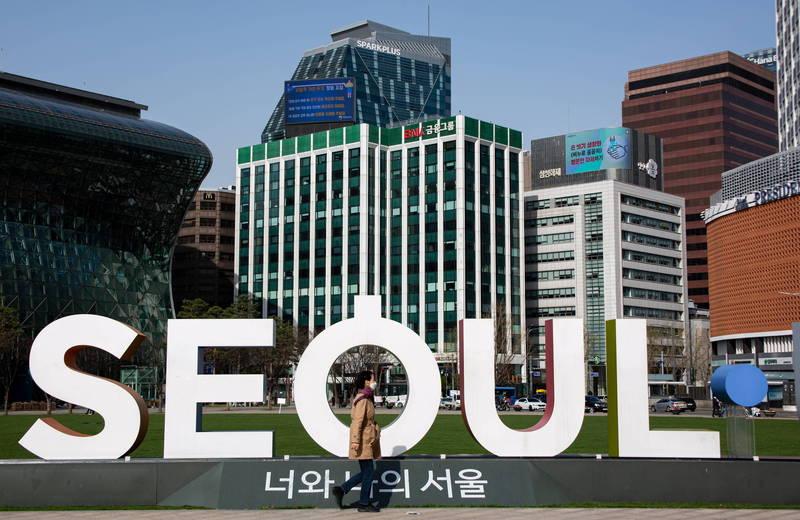 韓國疫情近期再次升溫,決定延長實施防疫措施,但新任首爾市長吳世勳卻表示,將推出首爾市專用的「共贏防疫」,讓防疫與經濟發展雙贏,爭取與中央政策脫鉤。(歐新社)