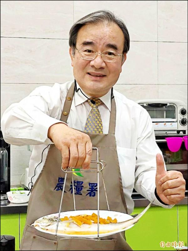 胡忠一上演「阿一師上菜」,端出鳳梨醬清蒸午仔魚。(記者陳彥廷攝)